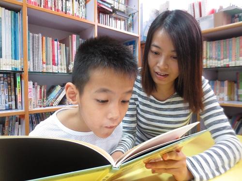 浤益的媽媽平時會和浤益一起看書