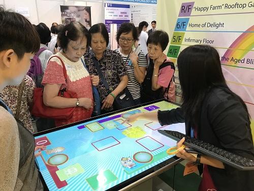 參觀人士試玩智能桌面遊戲
