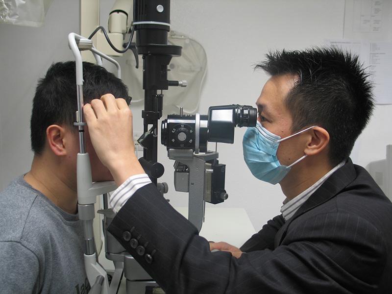 醫生爲視障人士檢查角膜