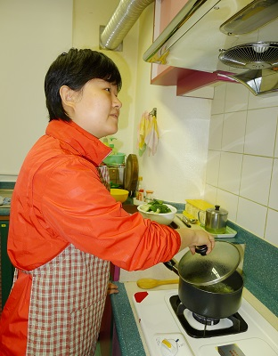 視障人士正在煮東西