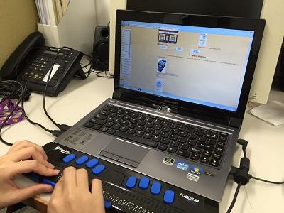視障人士透過點字顯示器了解貨品內容