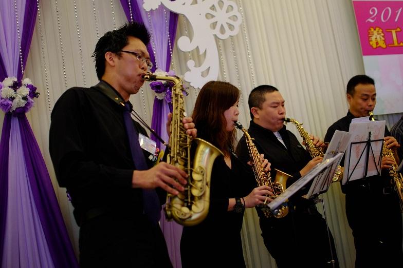 蜚聲色士風樂團成員落力演奏,將歡樂帶給大家。Ken Sir(左一)、欣欣(左二)