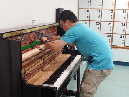 劉鎧澤認真地為客戶調琴