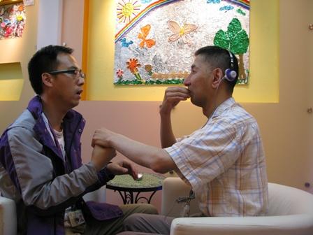 中心職員以觸感手語和視聽障會員溝通